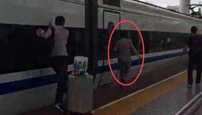 男子手指被列車門夾住 隨列車狂奔