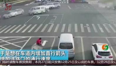 連雲港:男子嫌車道太堵 竟帶上涂料改路標