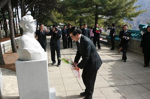 记中国驻朝鲜使馆桧仓凭吊志愿军烈士