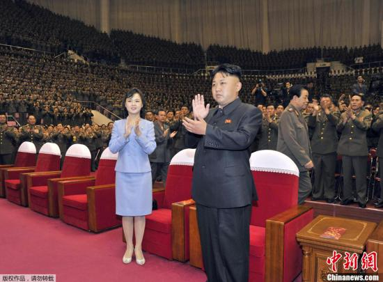 资料图:2013年8月,朝鲜领导人金正恩携夫人李雪主观看了牡丹峰乐图片