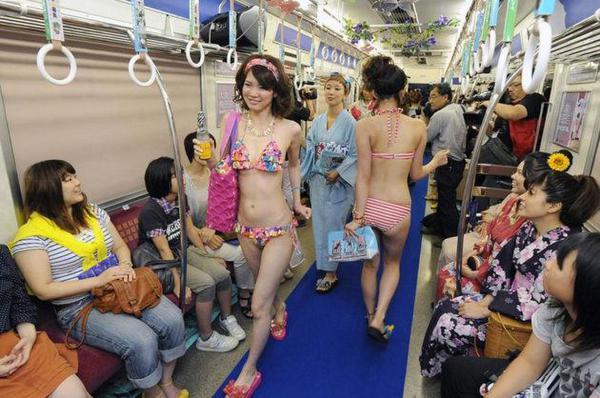 日本比基尼透明泳衣日本美女透明比基尼地铁比基尼