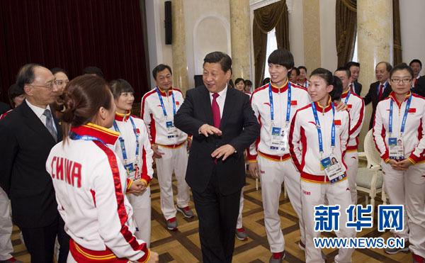 2014年2月7日,中共中央總書記、國家主席、中央軍委主席習近平在俄羅斯索契親切看望參加第二十二屆冬季奧林匹克運動會的中國體育代表團。這是習近平同運動員親切交流。新華社記者 黃敬文 攝