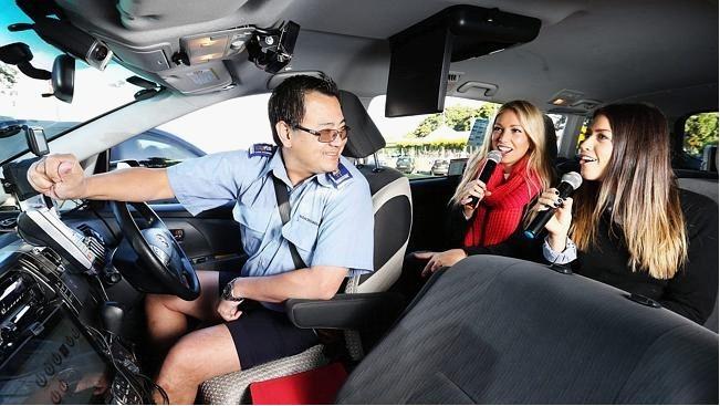 澳大利亚一名出租车司机将车改装成移动卡拉OK室受欢迎-出租车改装