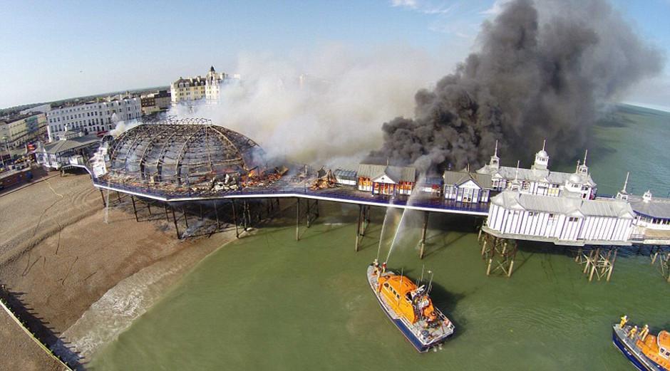 历史悠久的英国景点伊斯特本码头遭火焰侵吞