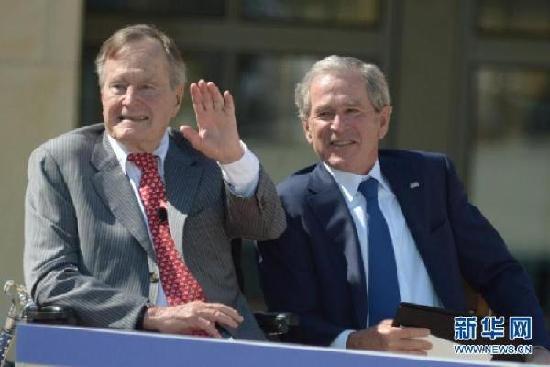 小布什给老布什撰写传记 意欲何为?
