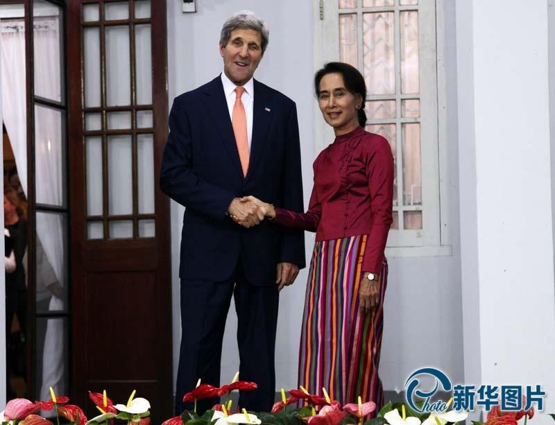 美国务卿访问缅甸 与昂山素季会晤为佛像洒水(高清)