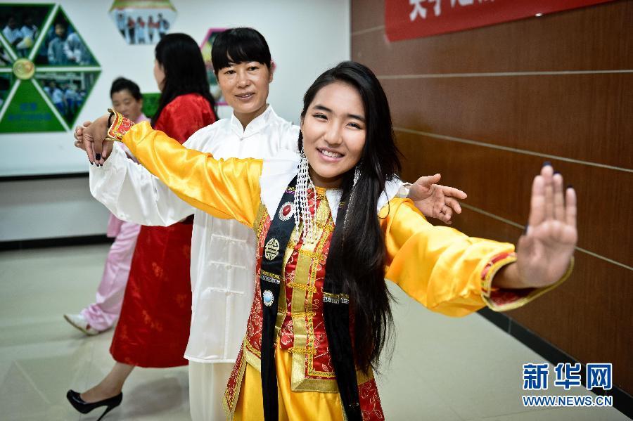 蒙古国大学生感受中国传统文化