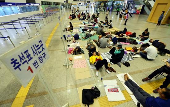 首尔市民火车站打地铺抢购中秋车票