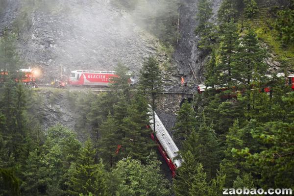 外媒:瑞士一火车遇山崩脱轨车厢翻入山沟