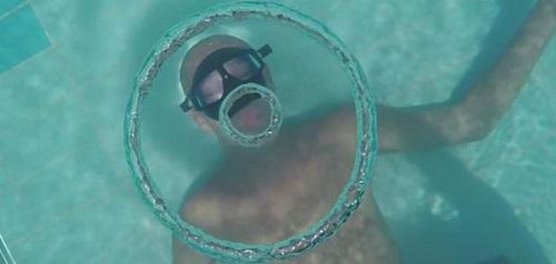 法国潜水员水下模仿海豚吐出巨大气泡圈(图)