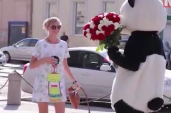 俄男子构思另类求婚:扮熊猫街头上演英雄救美