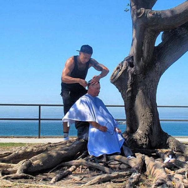 美国发型师每周上街为流浪汉免费理发 呼吁善