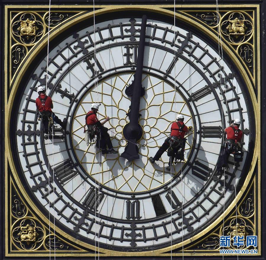 清洗大钟   8月19日,在英国伦敦,工人们清洁和维护伊丽莎白塔上的