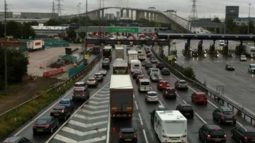 英警方接到偷渡报告 13名疑似非法移民藏身卡车