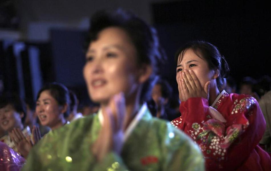 朝鲜女观众被美国摔跤猛汉吓坏(组图)