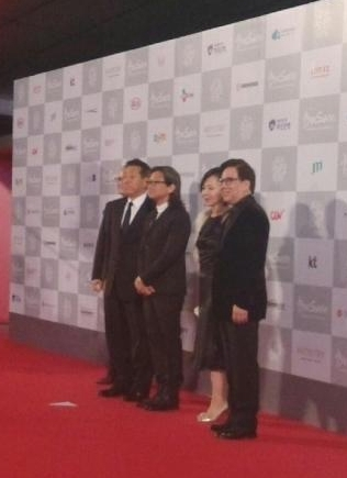 釜山电影节红毯女星PK 汤唯低胸裙秀婚戒 刘诗诗红唇图片