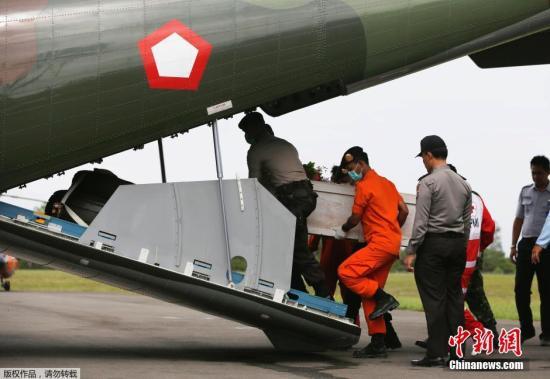 印尼打捞亚航客机机身再次失败 已打捞70具遗体