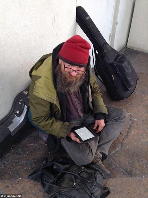 美国流浪汉爱读书 好心人感动送Kindle