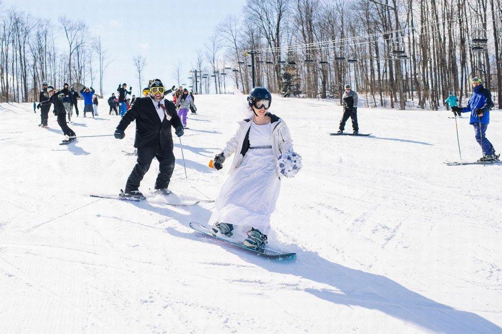 美国夫妇办滑雪主题婚礼 踩滑雪板穿礼服