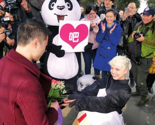 乌克兰美女情人节扮熊猫向成都小伙求婚:嫁给我(图)