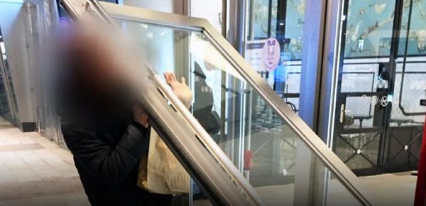 韩国第二乐天世界3米高玻璃门脱落 砸向顾客