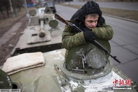 乌克兰民间武装从顿涅茨克撤离重武器(组图)