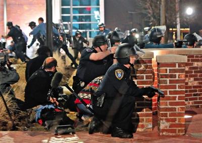 弗格森市警察局长辞职两警员遭枪击