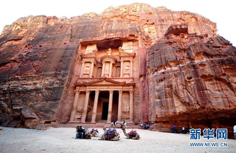 它独特之处在于所有建筑都在朱红或赭石色的岩石上