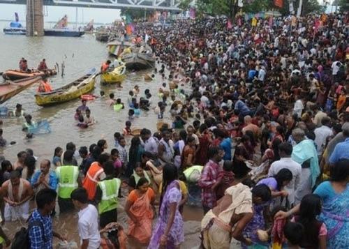 """印度""""浴河节""""踩踏事故至少27人亡数十人受伤"""