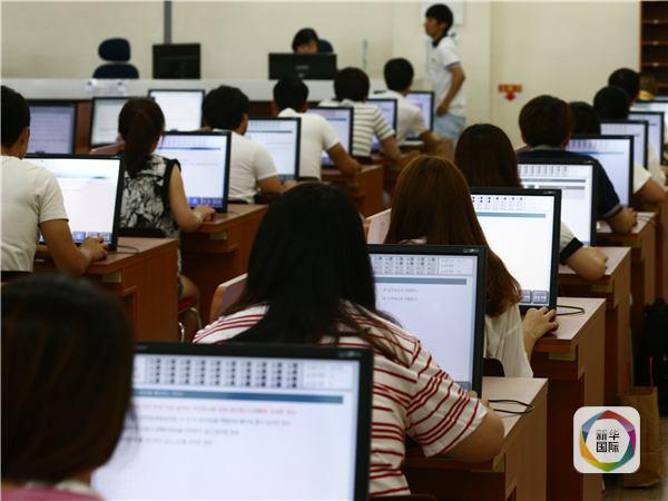 图为韩国某驾校学员在进行电脑答题。韩联社发。