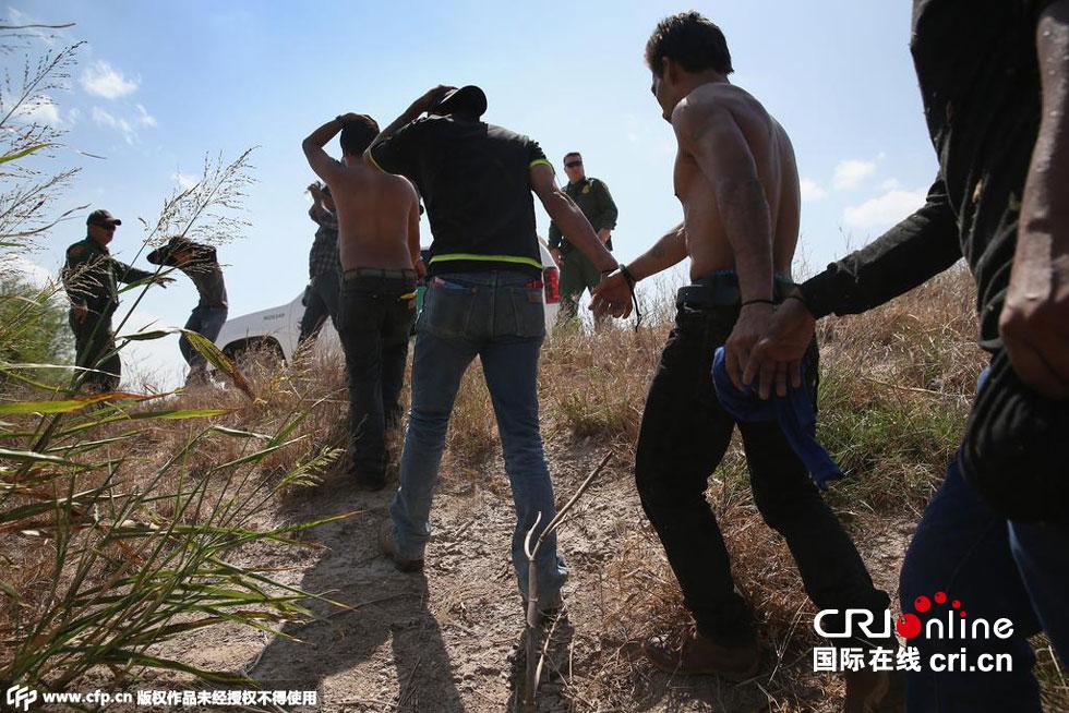 美国边境巡警在美墨边境截获一批移民 高清组图图片 180332 980x654