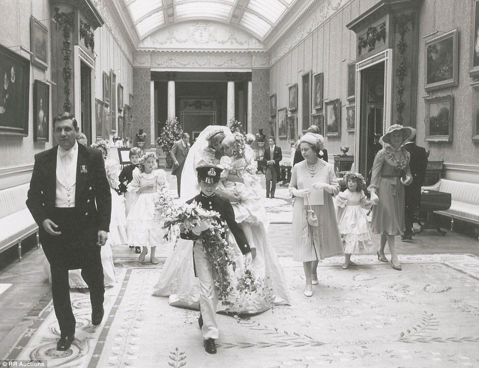 1981年7月29日,英国王储查尔斯和戴安娜在伦敦圣保罗教堂举行结
