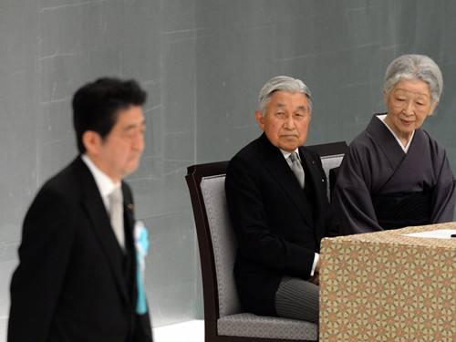 日本天皇は初めて「深刻な反省」に言及、安倍に不満するかもしれない