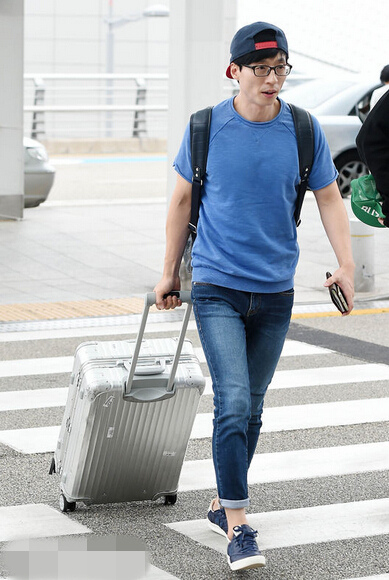 李光洙刘在石现身机场赴上海 大长腿吸睛展暖