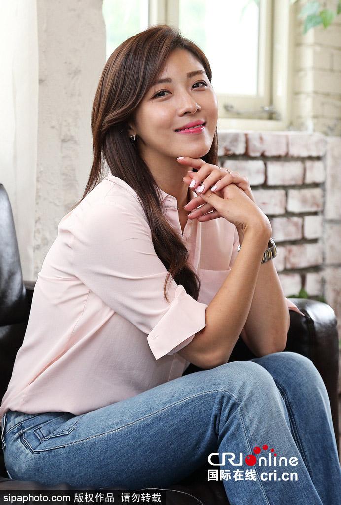 河智苑为新剧《爱你的时间》拍照宣传粉衬衫牛仔裤简单搭显气质