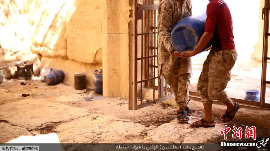 视频截图显示,极端武装人员正在往巴尔-夏明神庙中搬运炸药,准备图片