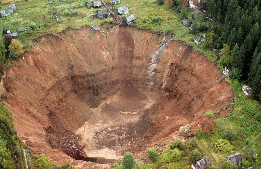 俄度假地地表塌陷形成巨坑吞没农舍20个(高清组图) - 新华网重庆频道698-yingshiba