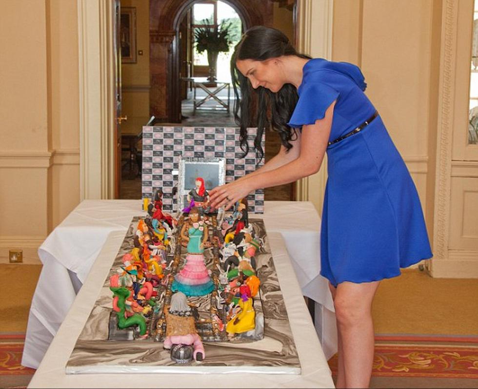 Una familia árabe encargó un pastel que valía 48,50 millones de libras y está adornado con 4 mil diamantes reales con motivo de celebrar el cumpleaños de su hija.