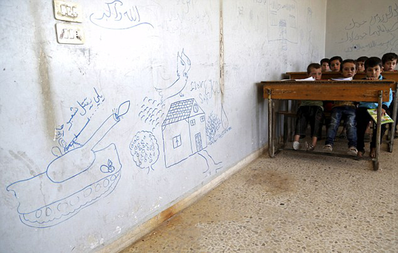 叙利亚战区儿童生活曝光 课堂上认真做笔记