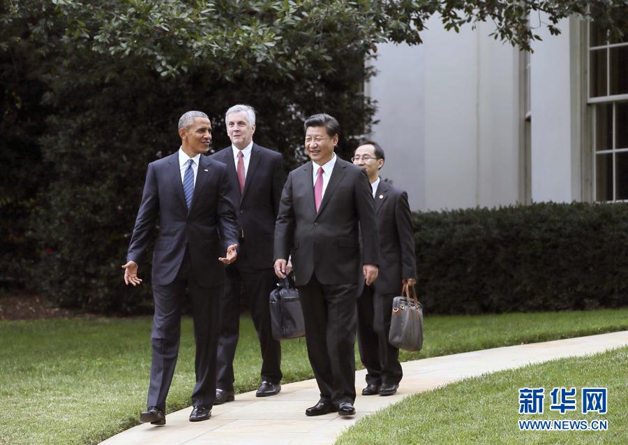 9月25日,国家主席习近平在华盛顿同美国总统奥巴马共同会见记者。这是会见记者后,习近平同奥巴马在白宫庭院里交谈。 新华社记者 兰红光摄