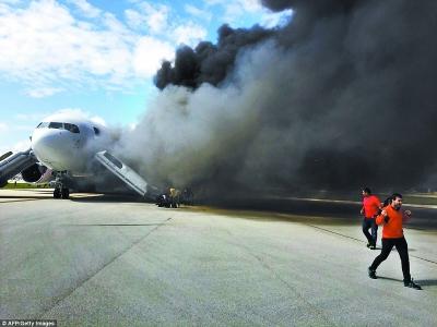 俄载202人客机起飞时引擎起火紧急迫降 机翼喷射火花图片