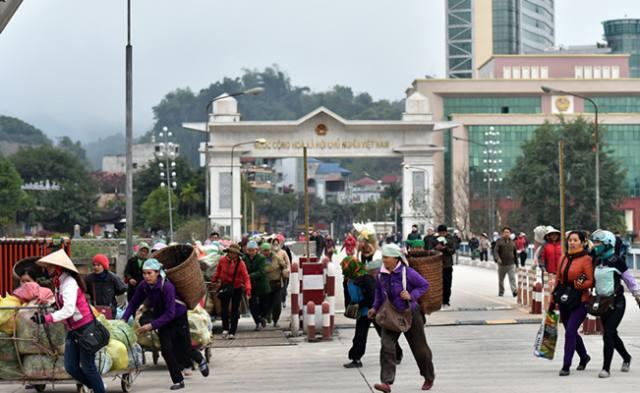 在中越边贸城市市场的中国人越南人进出都不用
