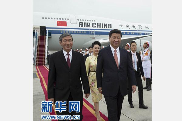 11月5日,中共中央总书记、国家主席习近平抵达越南首都河内,开始对越南进行国事访问。这是越南高级官员到机场迎接习近平和夫人彭丽媛。新华社记者李学仁摄
