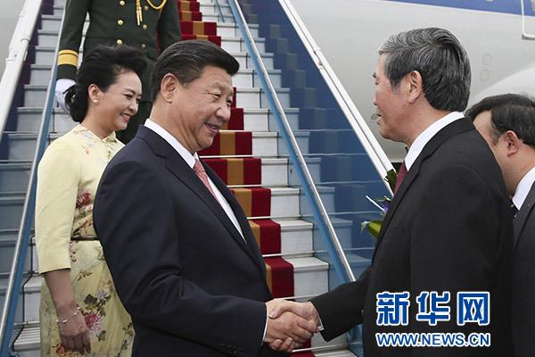 11月5日,中共中央总书记、国家主席习近平抵达越南首都河内,开始对越南进行国事访问。这是越南高级官员到机场迎接习近平和夫人彭丽媛。新华社记者兰红光摄