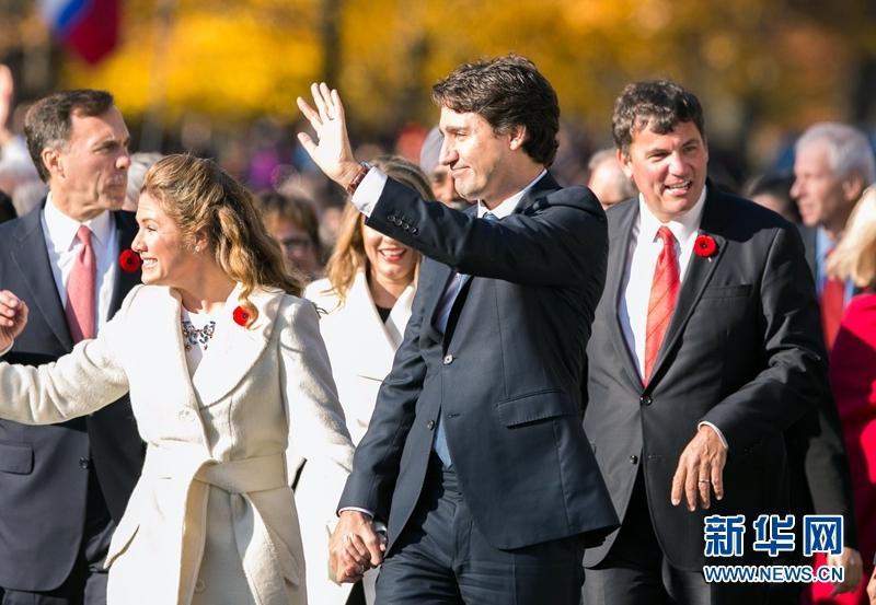 成为加拿大第23任总理.特鲁多宣誓就职后,其内阁的30名部长也