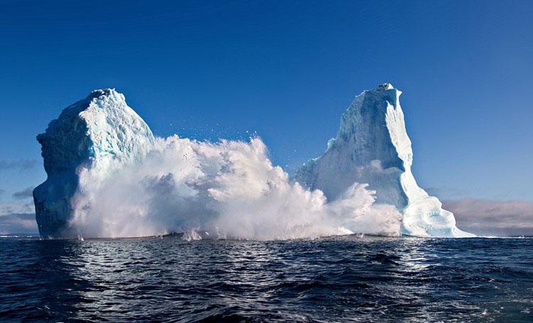 格陵兰岛50米冰山垮塌 激起海中巨浪(组图)