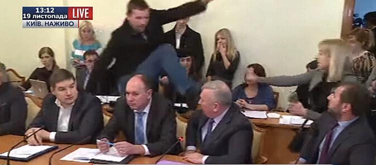 乌克兰议员会议中踹高官 过程被直播(组图)