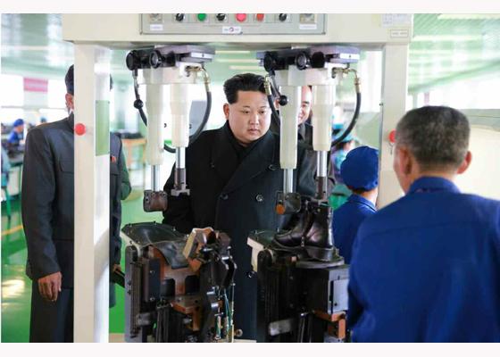 金正恩视察朝鲜皮鞋厂 左手缠绷带疑似受伤