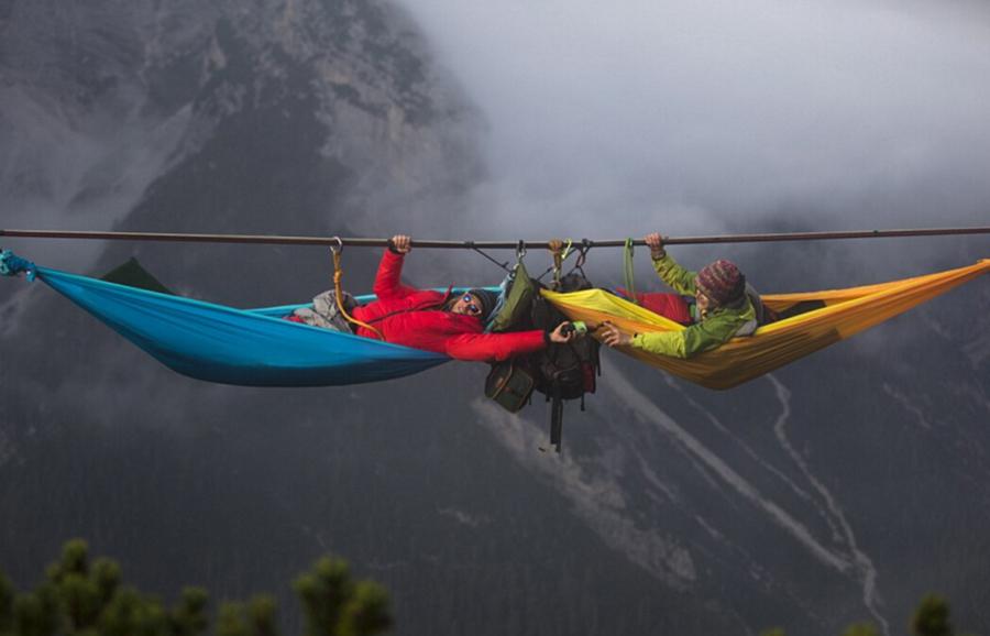 聊天、弹琴、唱歌,每个人都看?-冒险新境界 50米高空吊床上睡觉消