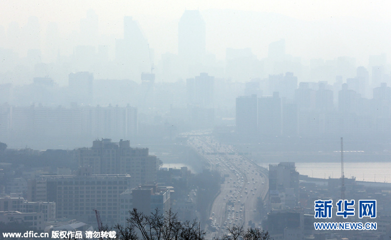韩国首尔地区遭雾霾侵袭 天空一片灰蒙